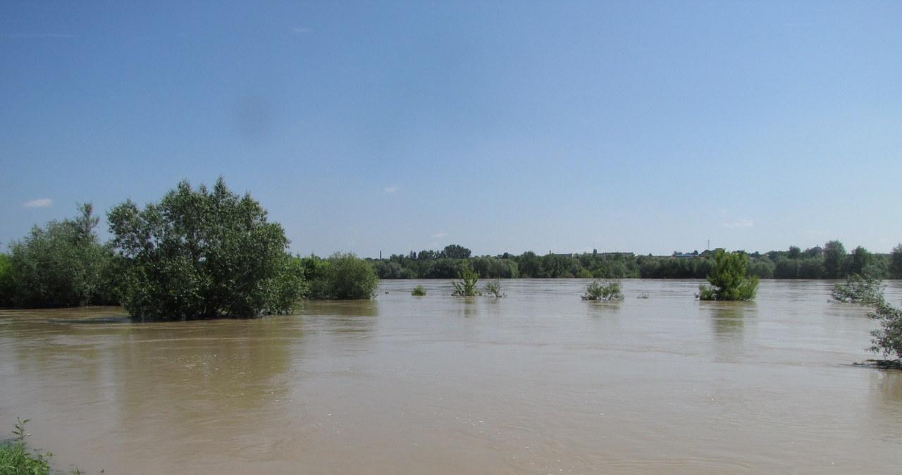 Wisła zalewa Ostrów i okolice