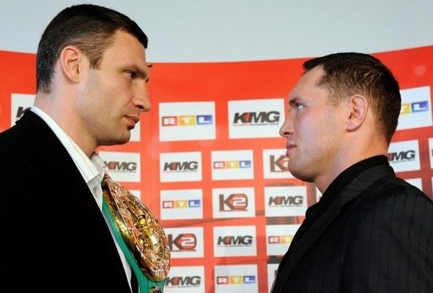 Witalij Kliczko (z lewej) i Albert Sosnowski /AFP