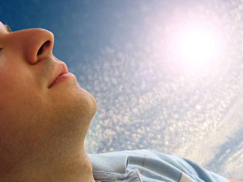 Witamina D, którą czerpiemy m.in. z promieni słonecznych, wpływa na nasze sny /© Glowimages