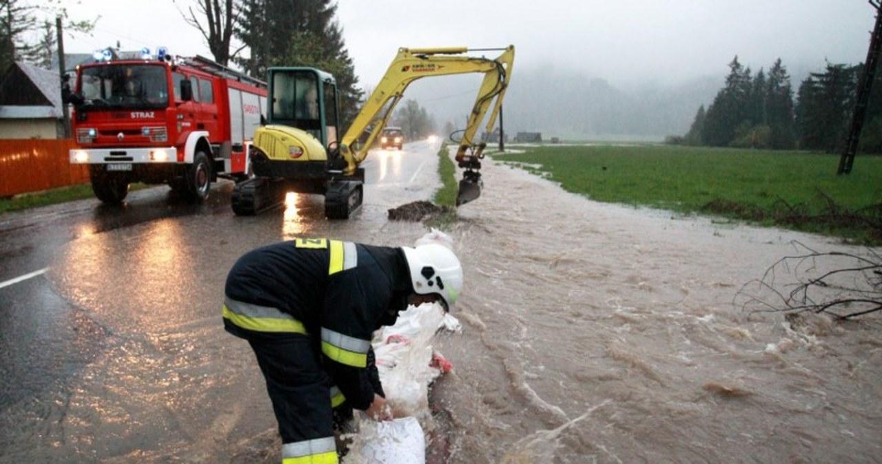 Witów: Strażacy układają worki z piaskiem