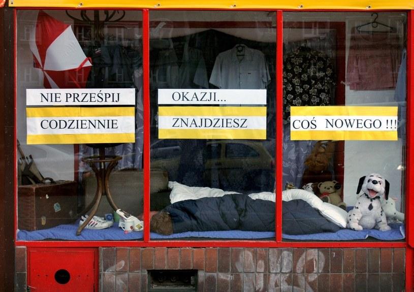 Witryna sklepu z używaną odzieżą /Jacek Wajszczak  /Reporter
