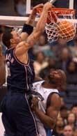 Wizards - Nets 98:76. Kenyon Martin zdobywa punkty ponad Jahidi Whitem