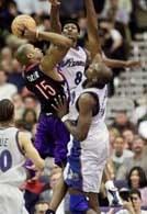 Wizards - Raptors 99:94. Vince Carter osaczony przez Tyrone`a Nesby`ego i Brendana Haywooda