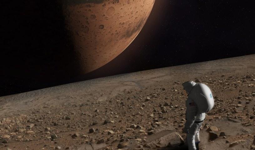 Wizja lat 30. XXI wieku? Astronauta spogląda na Marsa z powierzchni Fobosa /NASA