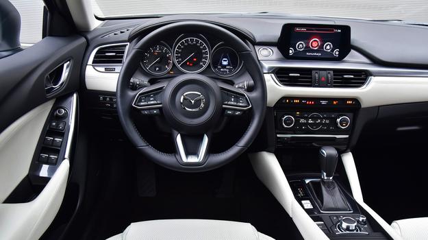 Wizualna jakość na poziomie aut premium, nowa kierownica (mniej klawiszy) i przyzwoita ergonomia.  Brakuje podświetlenia panelu regulacji lusterek oraz funkcji hold, ułatwiającej jazdę w korku. /Motor