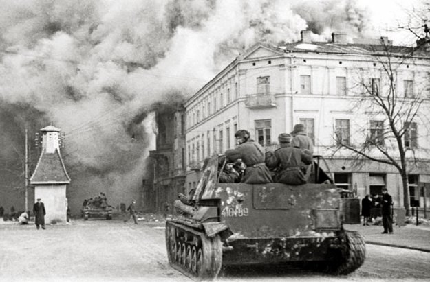 Wkroczenie armii radzieckiej do Warszawy w styczniu 1945 roku. Reprodukcja Marek Skorupski /Agencja FORUM