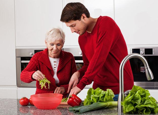 Włącz seniora w codzienne obowiązki - niech poczuje się częścią rodziny /©123RF/PICSEL