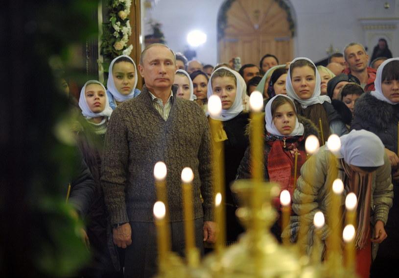 Władimir Putin na pasterce w cerkwi w miejscowości Otradnoje /PAP/EPA