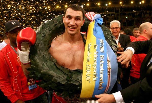 Władymir Kliczko świętuje sukces na ringu w Mannheim /AFP