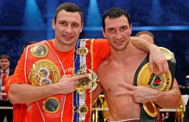 """Władymir Kliczko (z prawej) chwali Alberta Sosnowskiego. Z lewej rywal """"Dragona"""" - Witalij /AFP"""