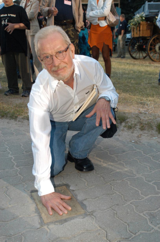 Władysław Kowalski odcisnął swoją dłoń w Alei Gwiazd w Międzyzdrojach w 2003 roku /AKPA