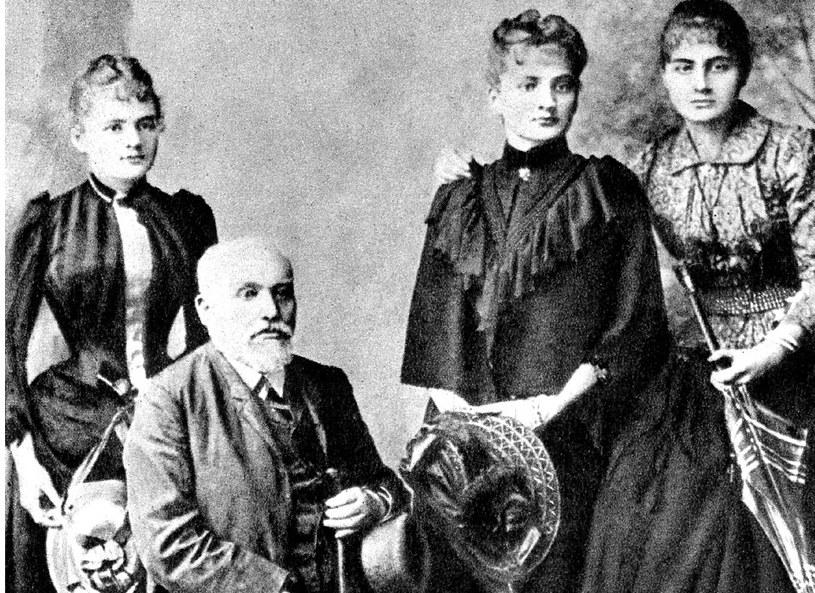 Władysław Skłodowski z córkami: Marią, Bronisławą i Heleną /Fotograf nieznany/Wikimedia Commons /materiał zewnętrzny