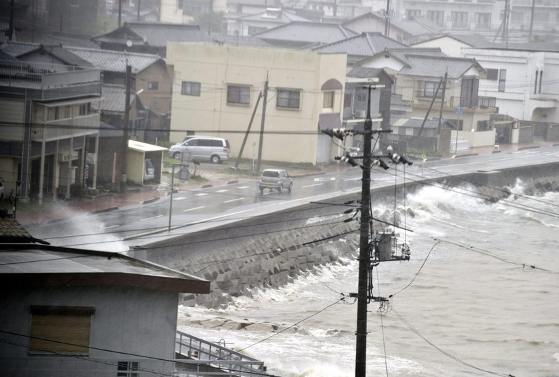 Władze ostrzegały mieszkańców północy kraju przed powodziami i lawinami błotnymi /PAP/EPA
