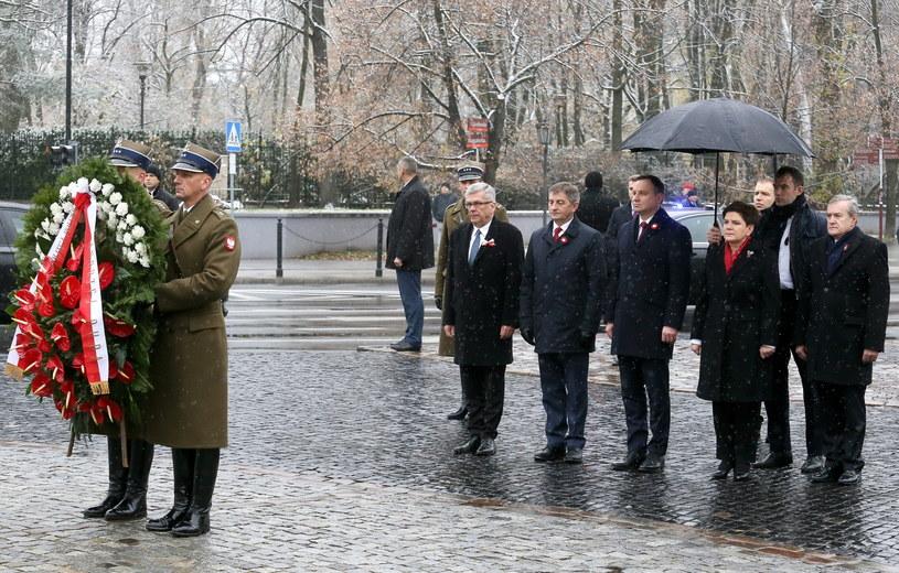 Władze składają kwiaty pod pomnikiem Piłsudskiego /Pawel Supernak /PAP
