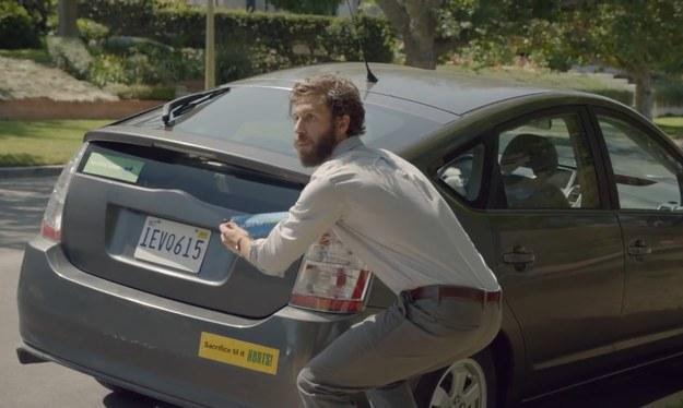 Właściciel tego Priusa, nie tylko nie skarży się na ograniczenia swojego samochodu, ale uczynił z nich swoje motta /