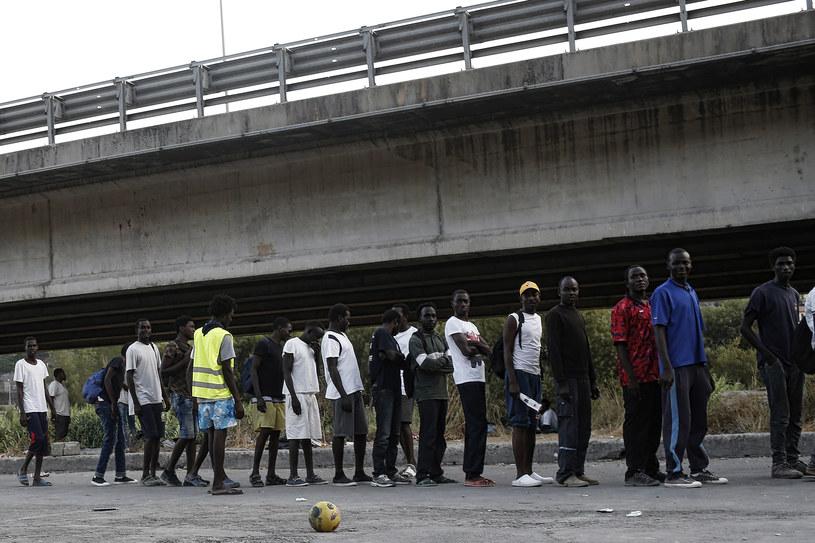 Włochy: Migranci w kolejce po jedzenie /AFP