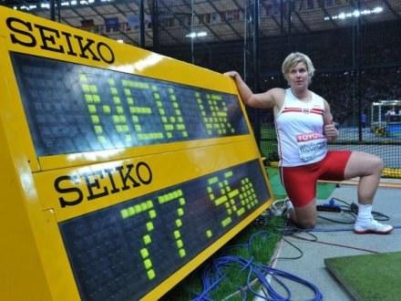 Włodarczyk pozuje przy swoim nowym rekordzie świata /AFP