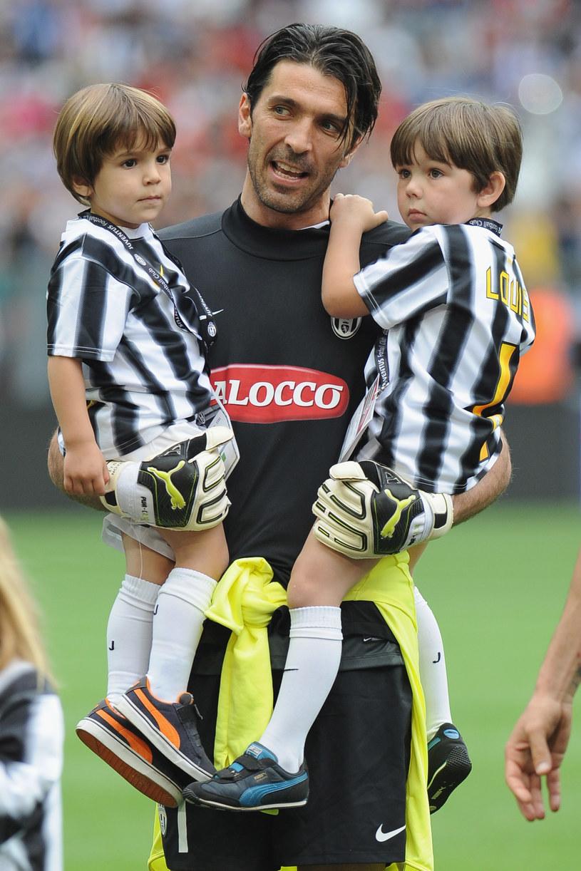 Włoski bramkarz Gianluigi Buffon z dwoma synami /Getty Images