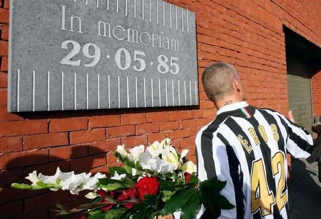 Włoski piosenkarz  Eros Ramazzotti pod tablicą upamietniającą ofiary na stadionie Heysel /AFP