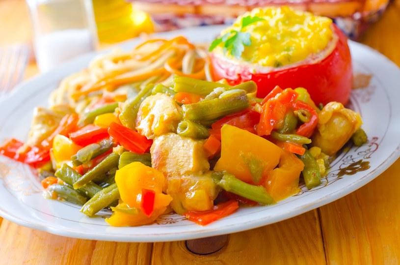 Włoski rarytas z kurczakiem i zapiekanym pomidorem /123/RF PICSEL