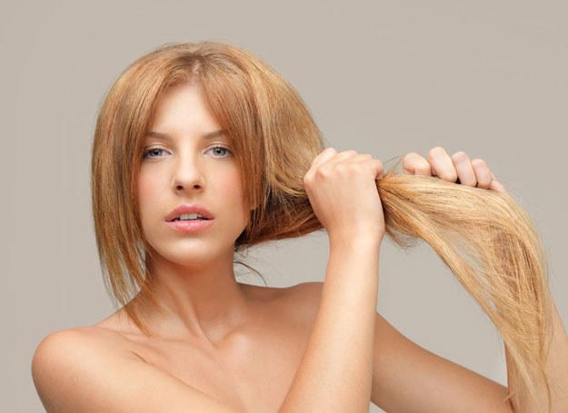 Włosy elektryzujące się wymagają nawilżenia i stabilizacji /123RF/PICSEL