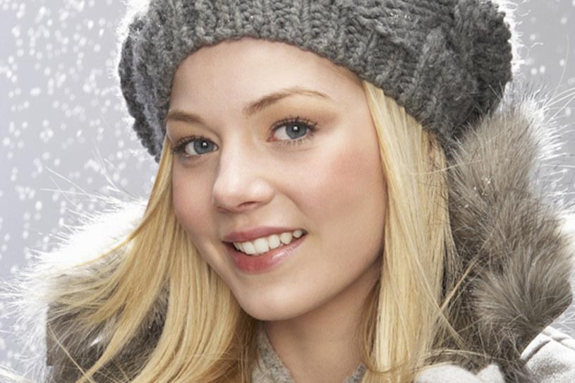 Włosy pod czapką elektryzują się? Dobrze dobrane kosmetyki mogą temu zapobiec /© Panthermedia