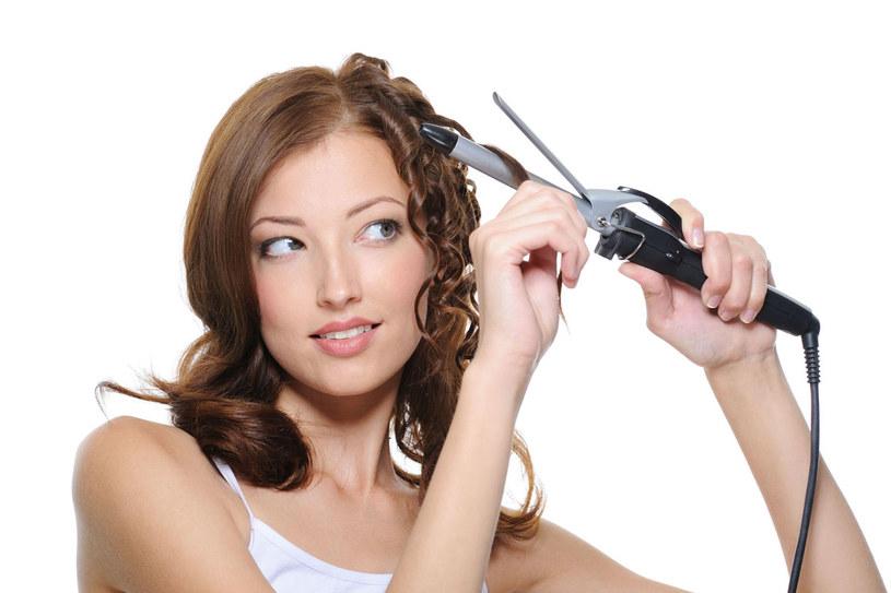 Włosy poddane zabiegom zmieniającym ich strukturę wymagają bardzo intensywnego nawilżania. Nie wolno ich czochrać i nagrzewać /123RF/PICSEL