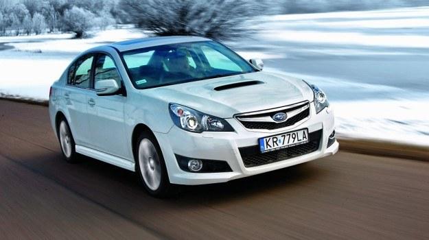Wlot powietrza na masce zapowiada spore emocje. Efektowny, perłowy lakier Subaru nie wymaga dopłaty. /Motor
