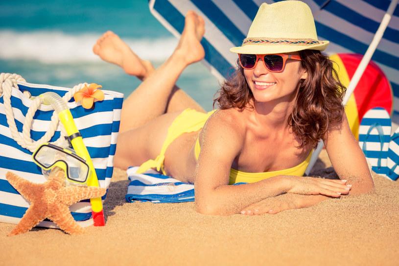 Włóż kapelusz! Nakrycia głowy są najlepszą ochroną włosów przed słońcem, zwłaszcza na plaży /©123RF/PICSEL