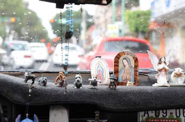 Wnętrza meksykańskich samochodów ozdabiane są  dziesiątkami akcesoriów... /INTERIA.PL