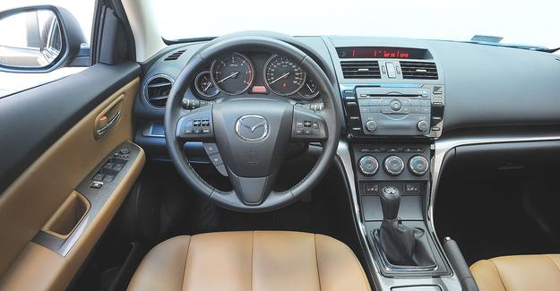 Wnętrze bogato wyposażonej wersji po lifcie – w ramach modernizacji zmieniono radio, kształt kierownicy i wyświetlacz centralny. Materiały bardzo dobre jak na auto japońskie – skrzypienie to rzadkość. /Motor