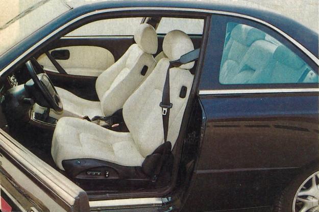 Wnętrze jest bardzo eleganckie, bogato wyposażone i obszerne, jak na coupe. Jego szerokość wynosi 154 cm, długość 210 cm. Od oporu do oporu kierownicy są zaledwie 3 obroty. /Motor