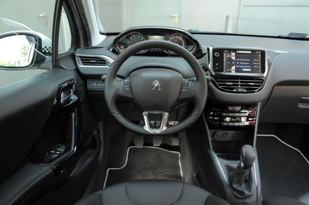 Wnętrze jest nowoczesne i może się podobać. 208 ma najmniejszą kierownicę spośród wszystkich nowych aut miejskich (32 cm w pionie i 35 cm w poziomie). /Motor