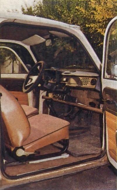 Wnętrze jest stosunkowo obszerne, ale fotele niewygodne, ponadto utrudniony jest dostęp do tylnych siedzeń. /Motor