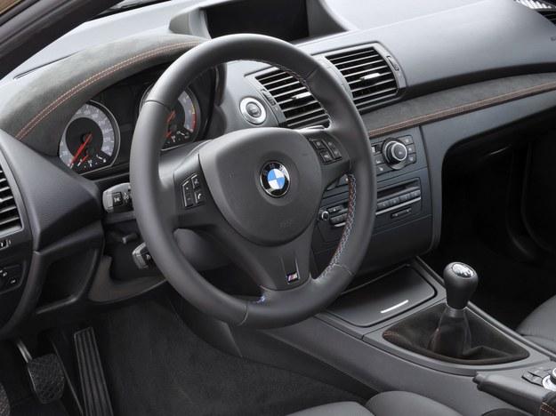 Wnętrze jest wykończone alcantarą przeszywaną czerwoną nicią. Kierownicę zdobi logo M. /BMW