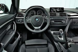 Wnętrze jest znane z każdego BMW serii 3 i 4. Dobra jakość wykonania, dużo miejsca na drobiazgi oraz fantastyczna ergonomia. Szkoda tylko, że kierownicy nie da się nieco bardziej obniżyć. Drewniane wstawki kosztują 2011 zł. /Motor