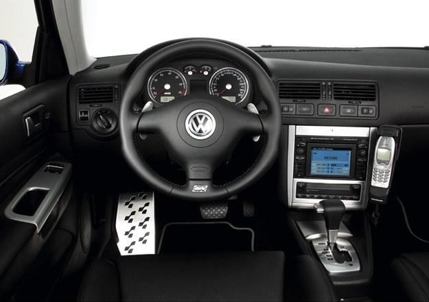 Wnętrze modelu R32 ma aluminiowe wstawki na konsoli. /Volkswagen