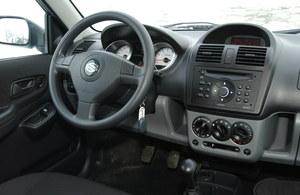 Wnętrze może się podobać, jest też nie najgorzej wykończone. Radio 2 DIN było dostępne tylko w bogatszych wersjach. /Motor