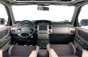 Wnętrze nie jest najmocniejszą stroną X-Traila. Plastiki skrzypią, wskaźniki nie są zbyt czytelne, nie ma też komputera pokładowego. Przy kierownicy – pokrętło wyboru napędu. /Motor