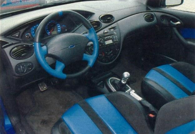 Wnętrze - niemal jak w zwykłym Focusie. Cieszą niebieskie wstawki na kierownicy oraz obiciach foteli, także liczne srebrne detale. Czegoś jednak brakuje... /Motor