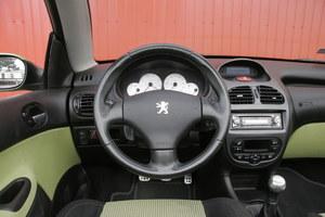 Wnętrze ożywiają wstawki w kolorze karoserii i białe tarcze zegarów. Plastiki przeciętnej jakości. /Motor