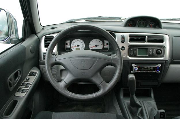 Wnętrze również blisko spokrewnione z tym znanym z pickupa. Główny zarzut: mało miejsca na szerokość. /Motor
