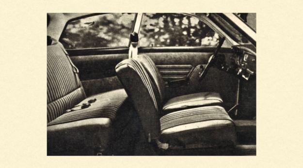 """Wnętrze samochodu SAAB 95. Na przednich siedzeniach stosowane są pasy bezpieczeństwa trójpunktowe z jednoręczną klamrą, na siedzeniach tylnych — jedynie pasy ramieniowe o klamrze """"dwuręcznej"""". /Saab"""