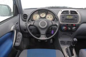 Wnętrze Toyoty może być ciekawe – udowadnia to RAV4 ze swoimi białymi zegarami, atrakcyjną konsolą środkową (często z radiem 1,5 DIN) i doskonale umiejscowioną dźwignią biegów. /Motor
