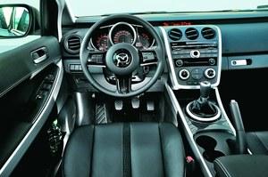 Wnętrze wersji Exclusive sprzed faceliftingu - świetne wykończenie i sportowy styl. /Motor
