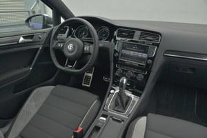 Wnętrze wersji R nie ocieka sportowym duchem, a pod względem jakości jest typowe dla Golfa. Kierownica – nieco przeładowana. /Motor