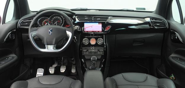 Wnętrze wykonano z bardzo przyjemnych w dotyku materiałów. Spłaszczona kierownica ze srebrną wstawką to standard, ale w konsoli częściej spotyka się ekran monochromatyczny niż kolorowy. /Motor