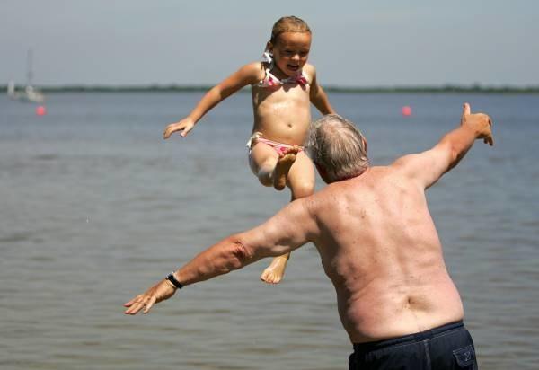 Wnuki uwielbiają zabawy z dziadkami i prezenty, jakich ci im nie szczędzą. /AFP