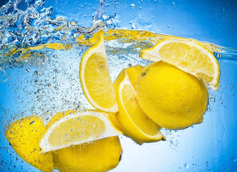 Woda, cytryna i mikrofalówka jak nowa /©123RF/PICSEL