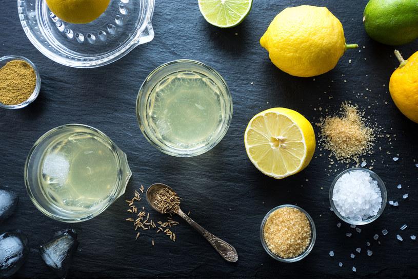 Woda, miód ,cytryna i sól. To prosty przepis na izotonik /©123RF/PICSEL